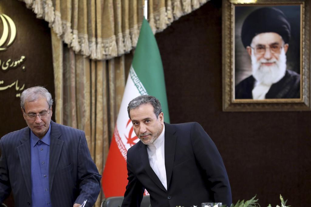 テヘランで記者会見に臨むイラン政府のラビイー報道官(左)(AP)