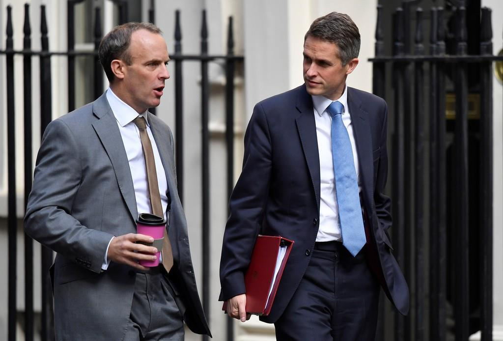 ロンドンのダウニング街を歩く英国のラーブ外相(左)=9月(ロイター)