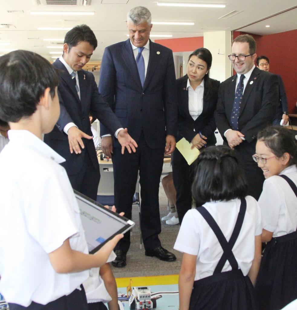 ロボット・プログラミングの授業を見学するハシム・サチ大統領(左から3人目)=大阪市中央区