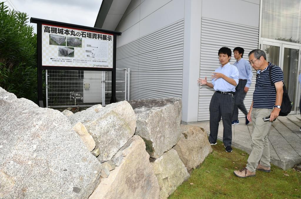 校門そばの展示場に整然と積まれた石垣=大阪府高槻市の槻の木高校