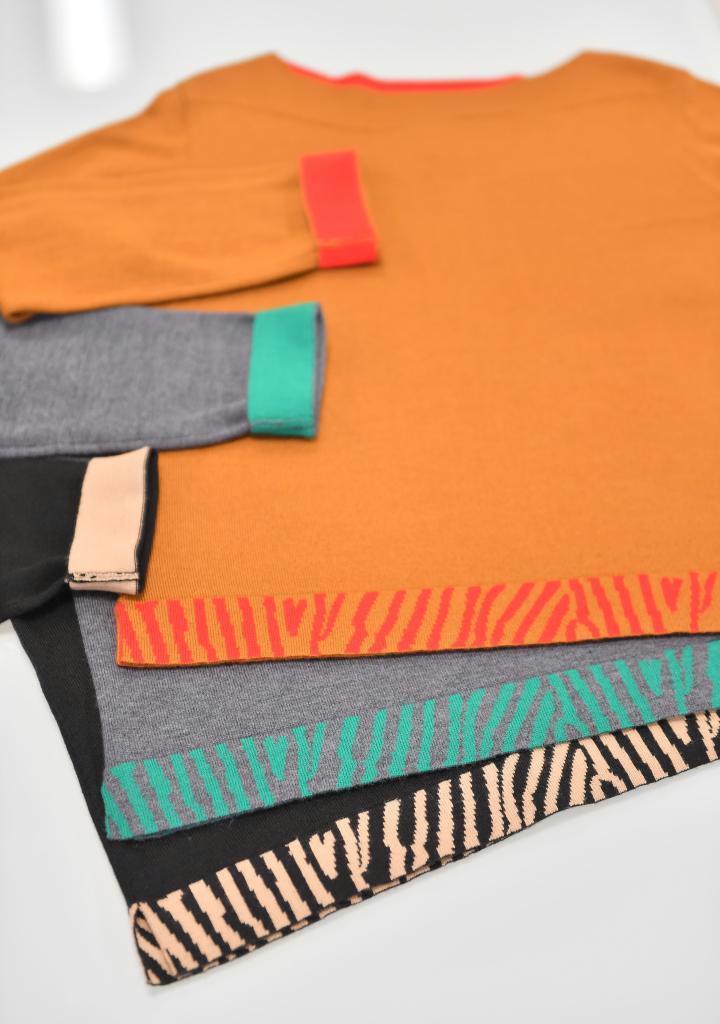 定番の色、形のニットでも、裾のゼブラ柄でおしゃれな雰囲気に(宮崎瑞穂撮影)