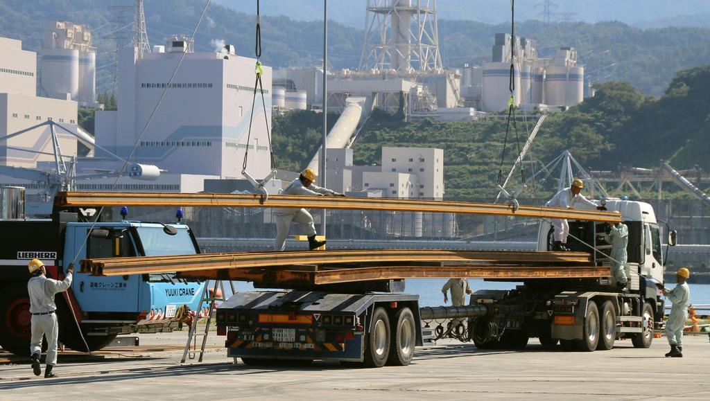 陸揚げされた北陸新幹線のレール=10日、福井県敦賀市の敦賀港