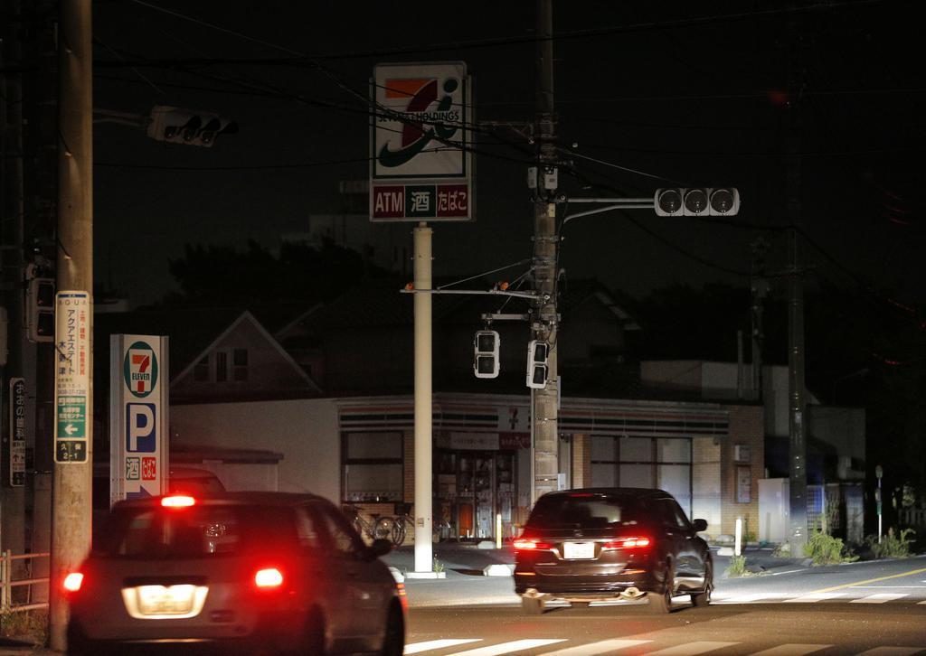 停電が続く千葉県君津市の市街地=11日夜