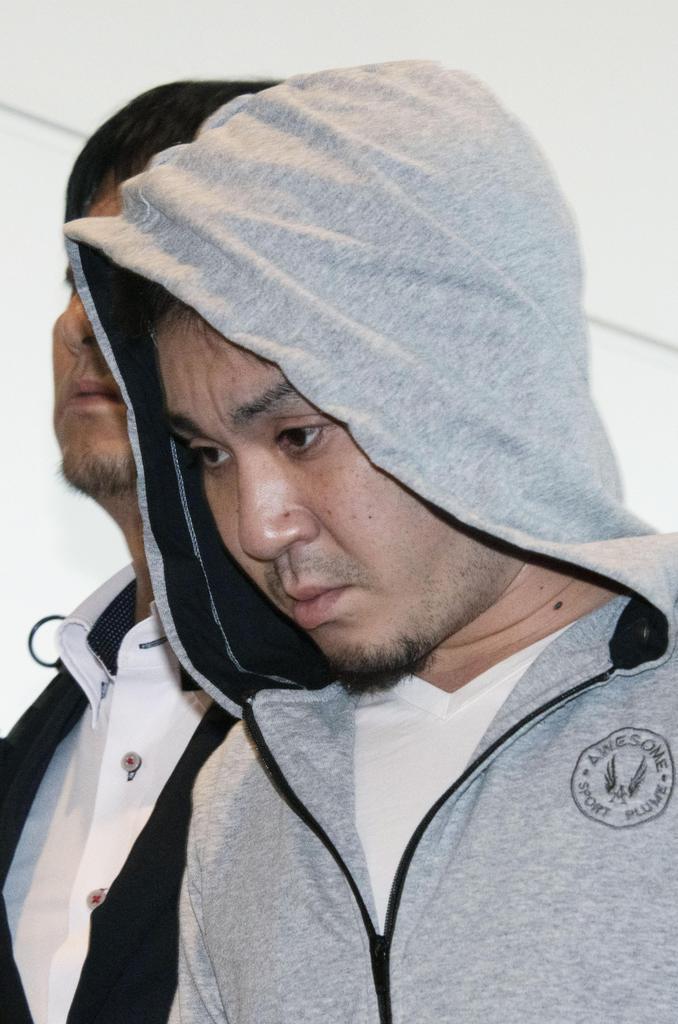 羽田空港に到着した陣内大和容疑者=12日午前6時36分
