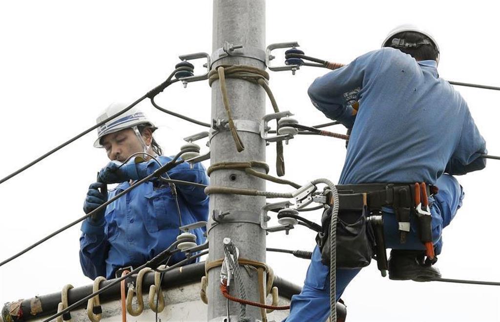 台風15号による停電からの復旧作業に当たる作業員=9月12日、千葉県富津市