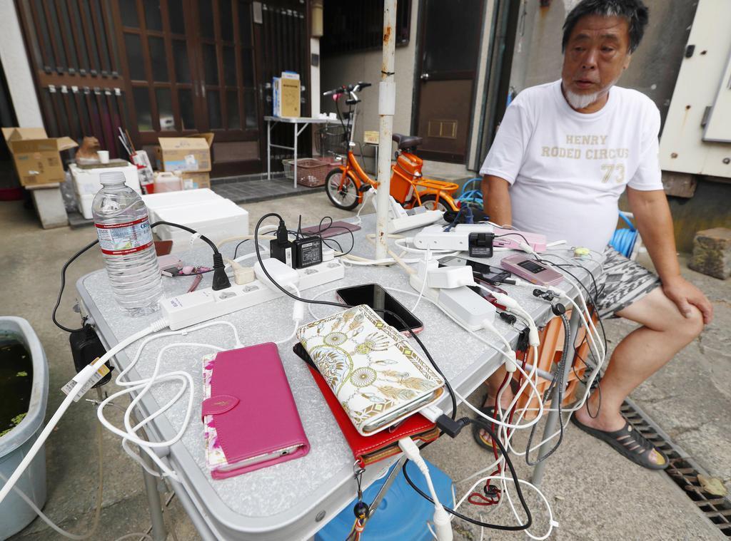 台風15号による影響で停電が続く中、住民がガソリンと発電機を工面し設置した、携帯電話の充電所=12日午後、千葉県鋸南町