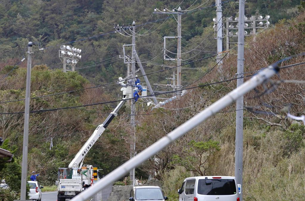 台風15号の影響で停電が続く中、電気の復旧作業を進める作業員=12日午後、千葉県鋸南町
