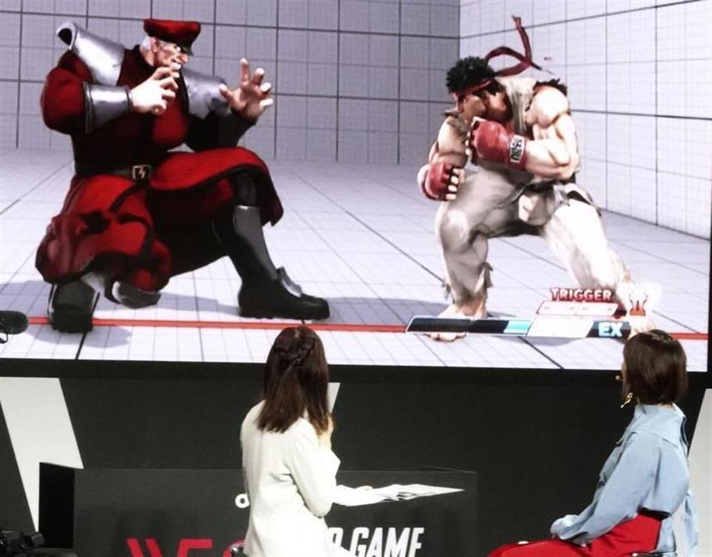 千葉市の幕張メッセで開幕した「東京ゲームショウ2019」でゲームを見る女性=12日午前