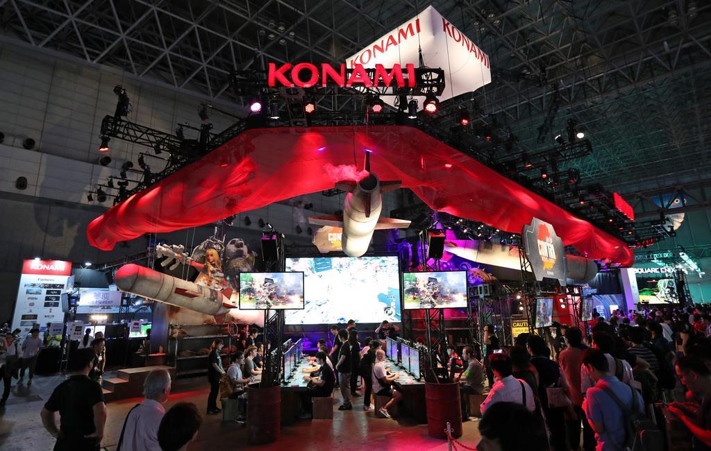 一般公開を前に、関係者に向けて東京ゲームショウ2019が始まった。コナミのブース=12日午前、千葉市(佐藤徳昭撮影)