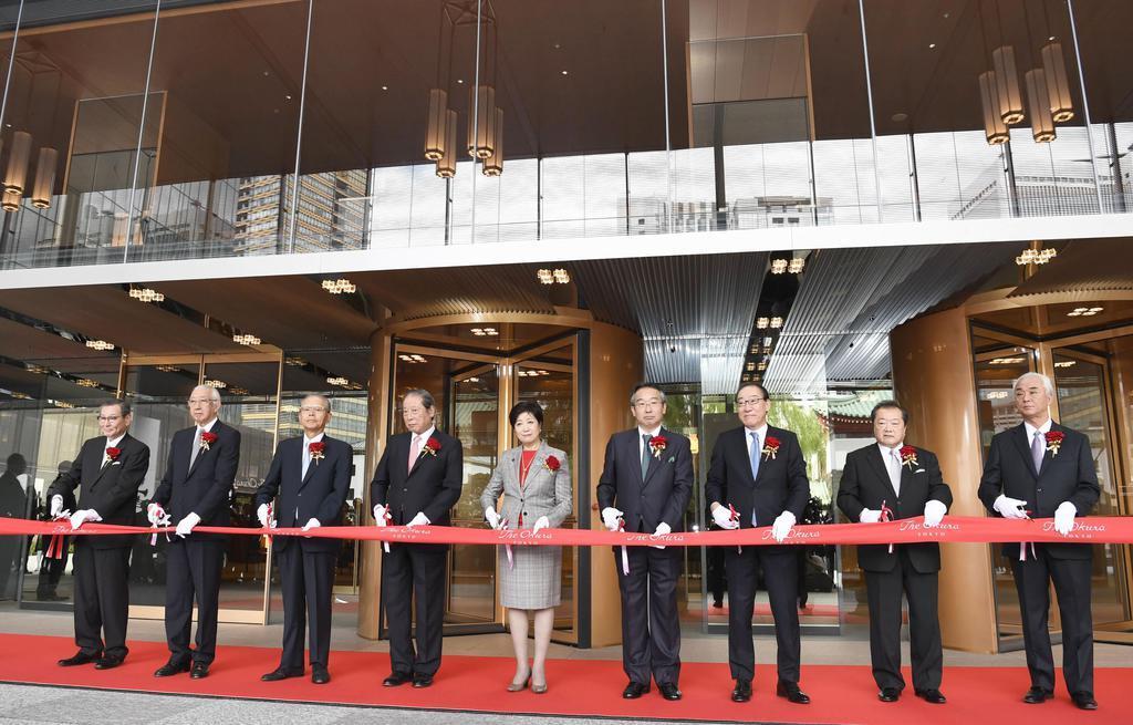 「The Okura Tokyo」の開業を記念し、テープカットするホテルオークラの荻田敏宏社長(右から4人目)、東京都の小池百合子知事(左隣)ら=12日午前、東京都港区