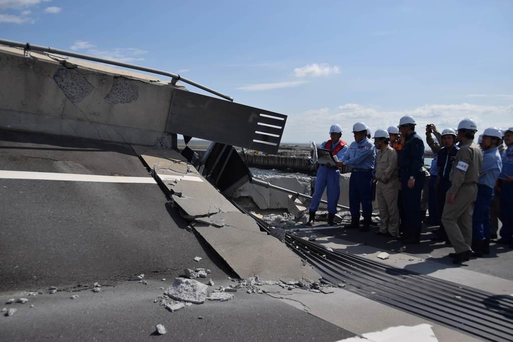 12日、台風15号が直撃して寸断した横浜港の南本牧はま道路を視察する赤羽一嘉国土交通相(左から2人目)=岡田美月撮影