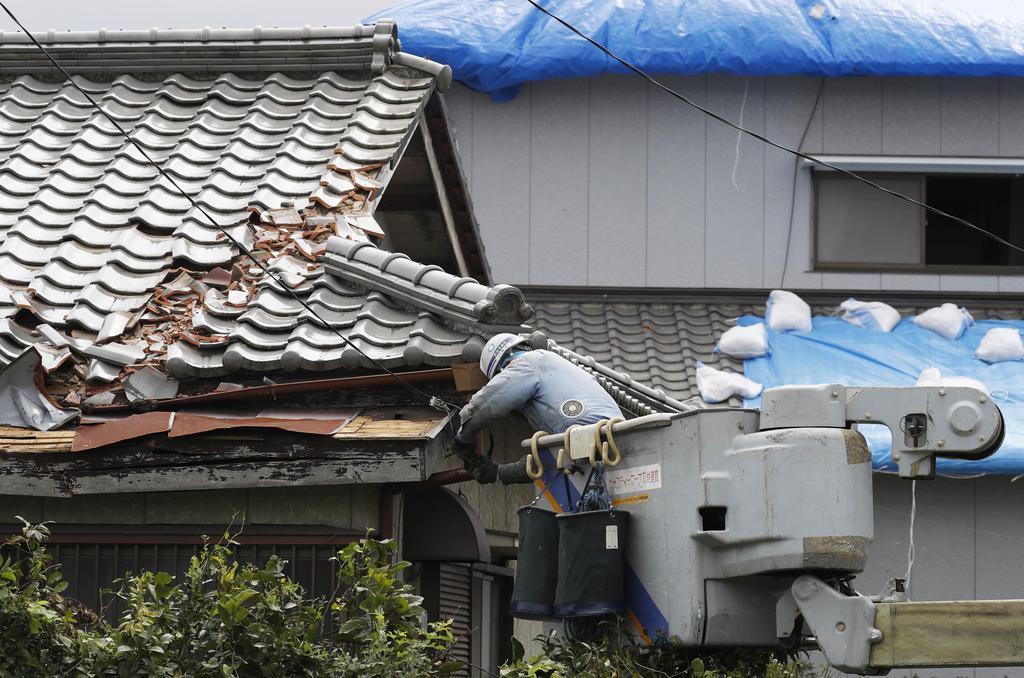 台風15号による停電からの復旧作業に当たる作業員=12日午後、千葉県富津市