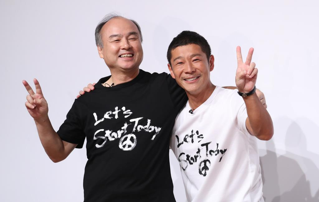 ソフトバンクグループの孫正義会長(左)と肩を組むZOZOの前沢友作前社長=12日午後、東京都目黒区(古厩正樹撮影)