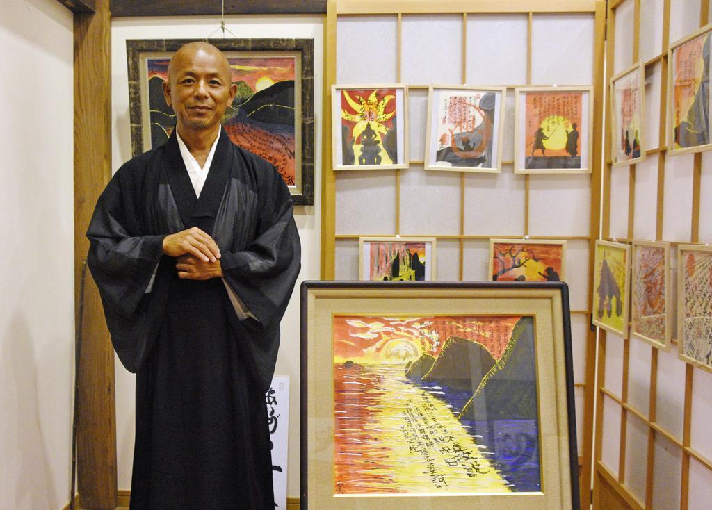 福井県美浜町の徳賞寺で、自作の絵画と並ぶ元演歌歌手の鷲崎孝二さん