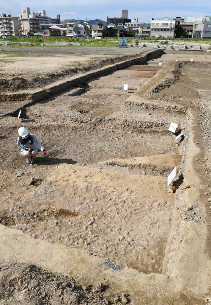 平安京の九条大路と羅城跡の発掘現場。手前が羅城基底部、奥が九条大路跡=12日午後、京都市南区(永田直也撮影)