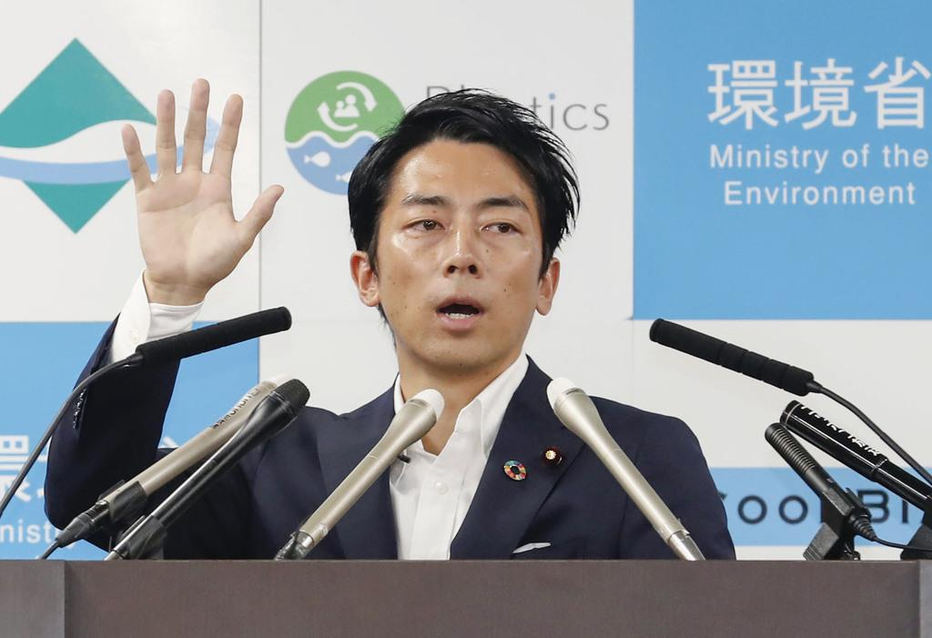 環境省に初登庁し、記者会見する小泉進次郎環境相=11日夜、東京・霞が関
