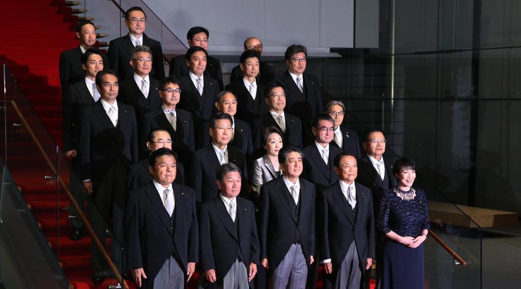 記念撮影に臨む新閣僚ら=11日、東京都千代田区(萩原悠久人撮影)