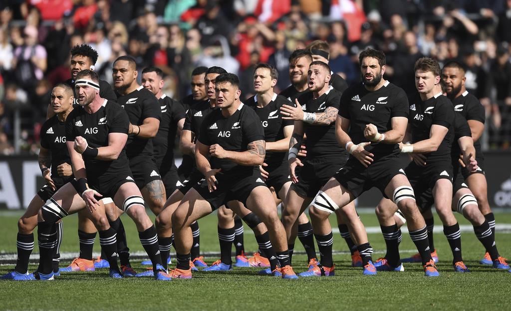 ハカを披露するニュージーランド代表。W杯3連覇を目指す=ハミルトン(AP)