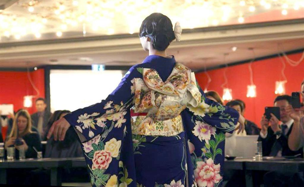 百貨店プランタンで披露された伊藤若冲とアールヌーヴォーを組み合わせて染め上げた着物=2013年12月2日、パリ(高倉慶応氏提供)
