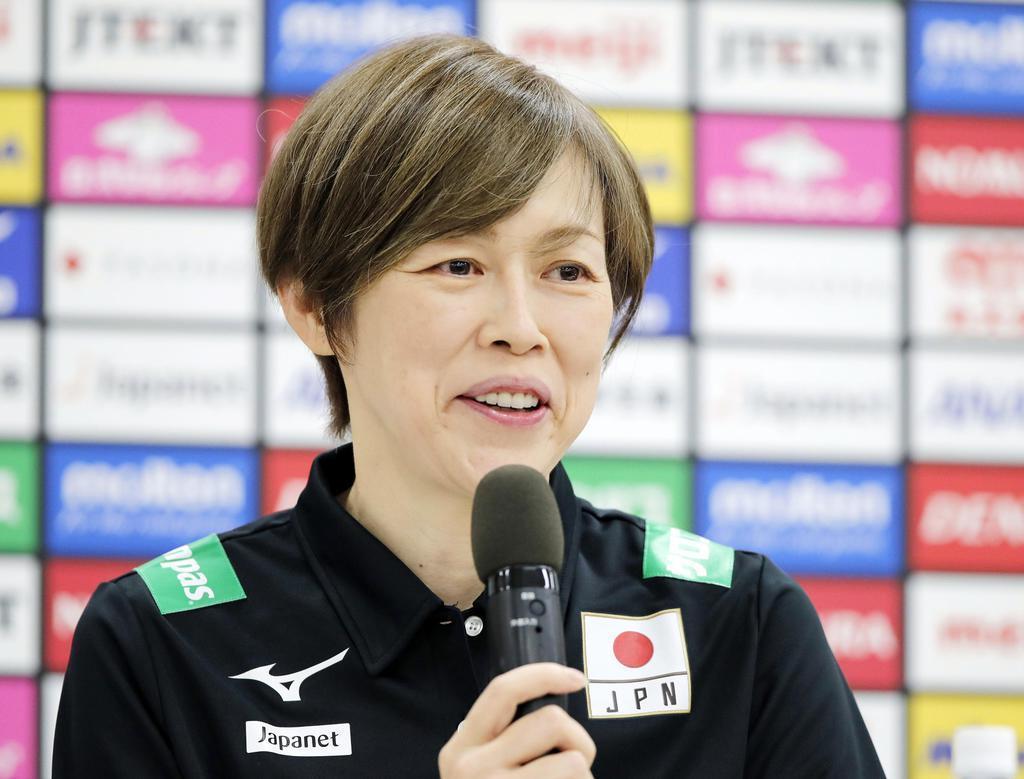 バレーボールのW杯に向けた記者会見で抱負を語る女子日本代表の中田監督=6日、味の素ナショナルトレーニングセンター