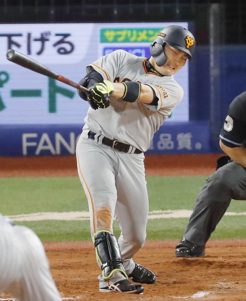 8回巨人2死一塁、丸が左越えに2ランを放つ=横浜