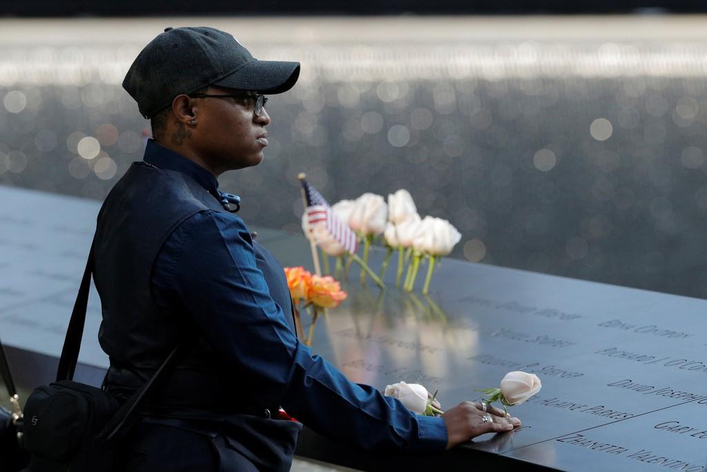 米中枢同時テロの犠牲者を追悼する女性(ロイター)