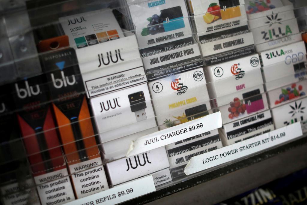 米ニューヨーク・マンハッタンの店舗に並ぶ電子たばこ関連商品=10日(ロイター)