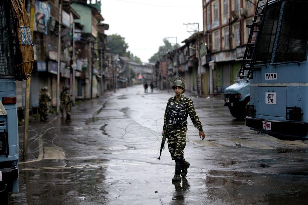 8月14日、カシミールのインド支配地域でパトロールを行う民兵(AP)