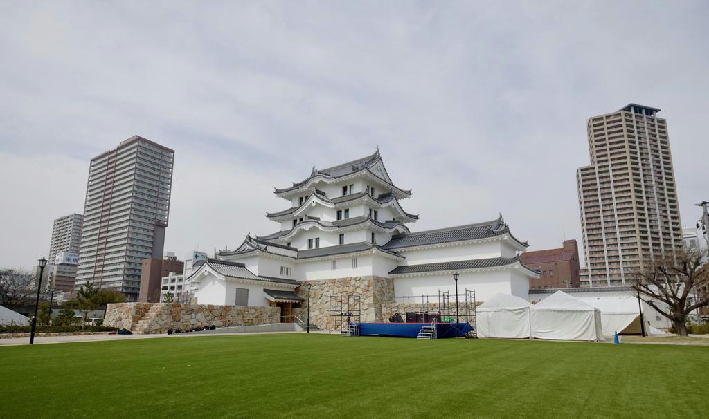 平成の時代に「復活」した尼崎城天守。実際にあった天守とは左右反転で、櫓の連結位置などが史実とは異なる(筆者撮影)