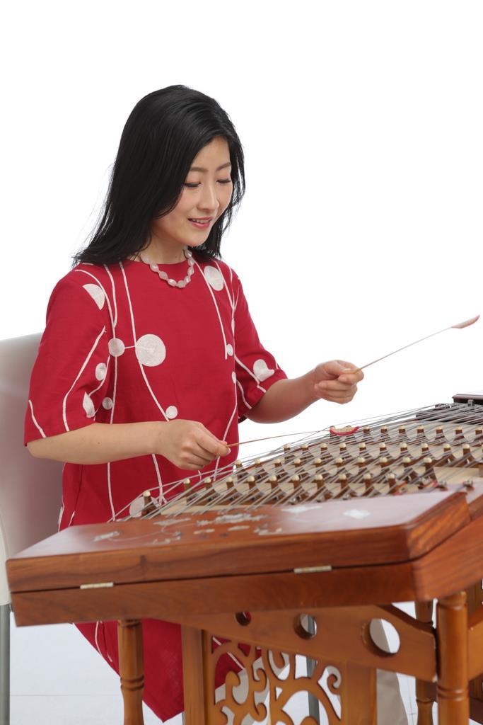 揚琴を演奏する山本敦子さん(藤田啓二さん撮影)