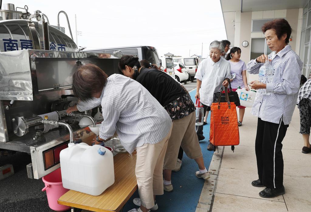 台風15号の影響による断水で、避難所の給水所に列をつくる住民ら=13日午前、千葉県南房総市