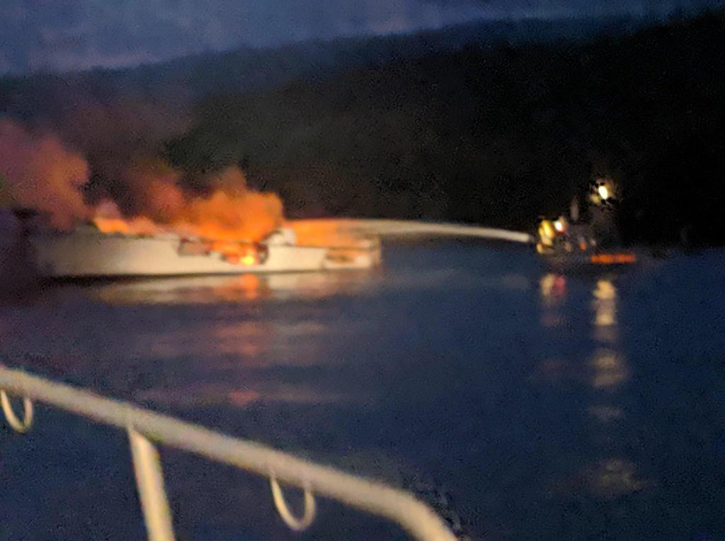 2日、米カリフォルニア沖で、炎を上げる船舶(ゲッティ=共同)