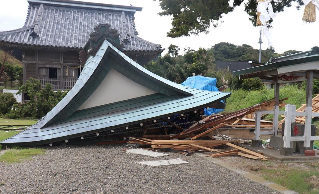 倒壊した布良崎神社のみこし倉=13日、千葉県館山市(白杉有紗撮影)