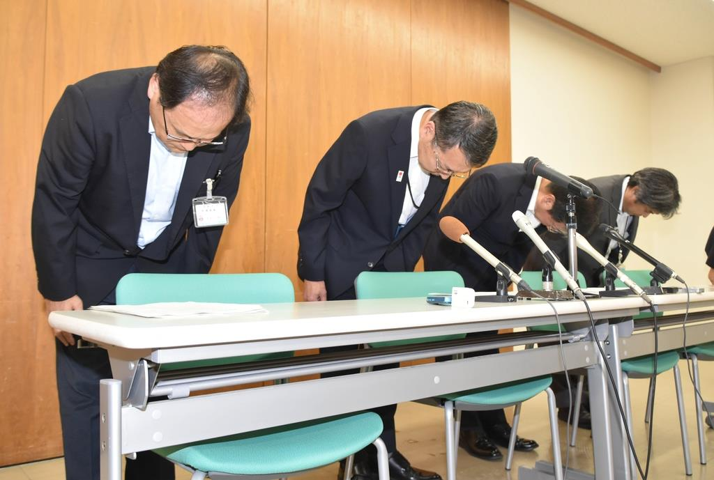 加重収賄などの疑いで職員が逮捕され、謝罪する牟礼正稔市長(左から2人目)=13日夜、兵庫県赤穂市