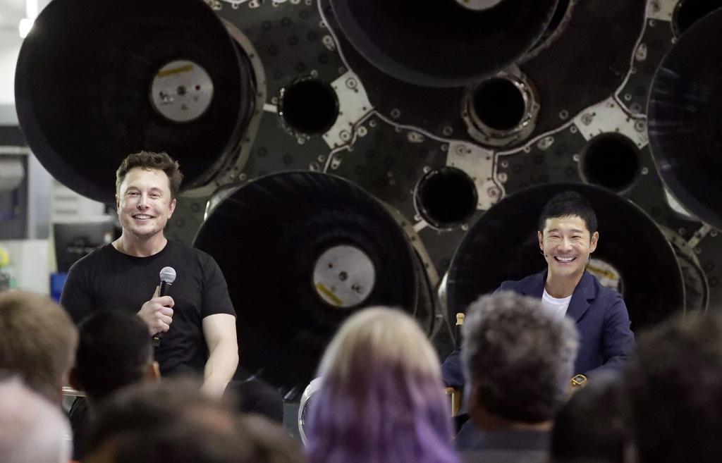 2018年9月、月旅行を契約し笑顔の前沢友作社長。左は米宇宙ベンチャー「スペースX」のイーロン・マスク最高経営責任者=米カリフォルニア州(AP)
