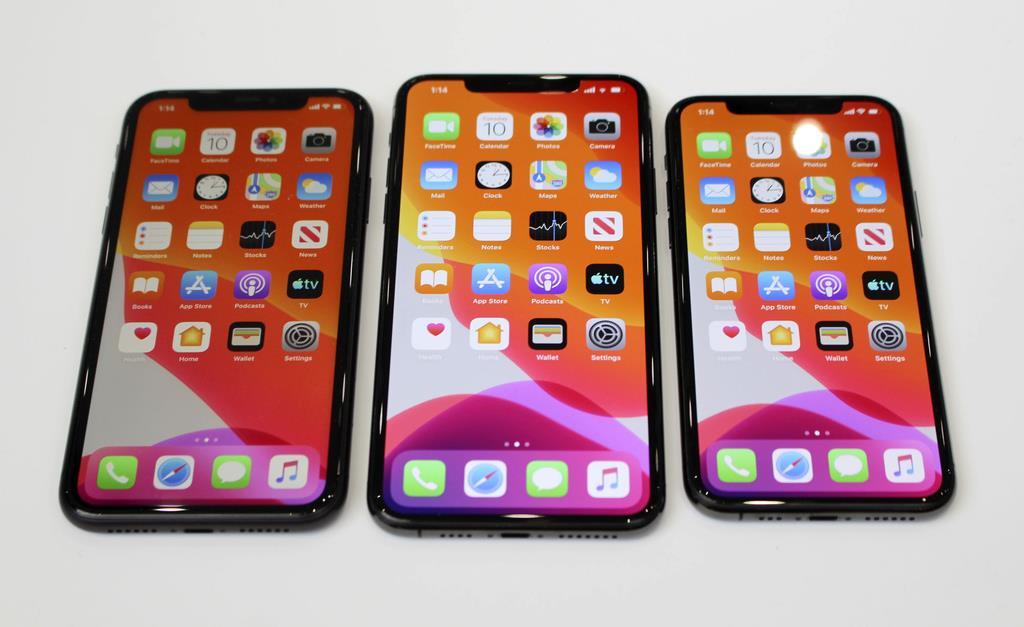 米アップルのスマートフォン「iPhone」の(左から)「11」、「11プロマックス」、「11プロ」=10日、米カリフォルニア州クパチーノ(共同)