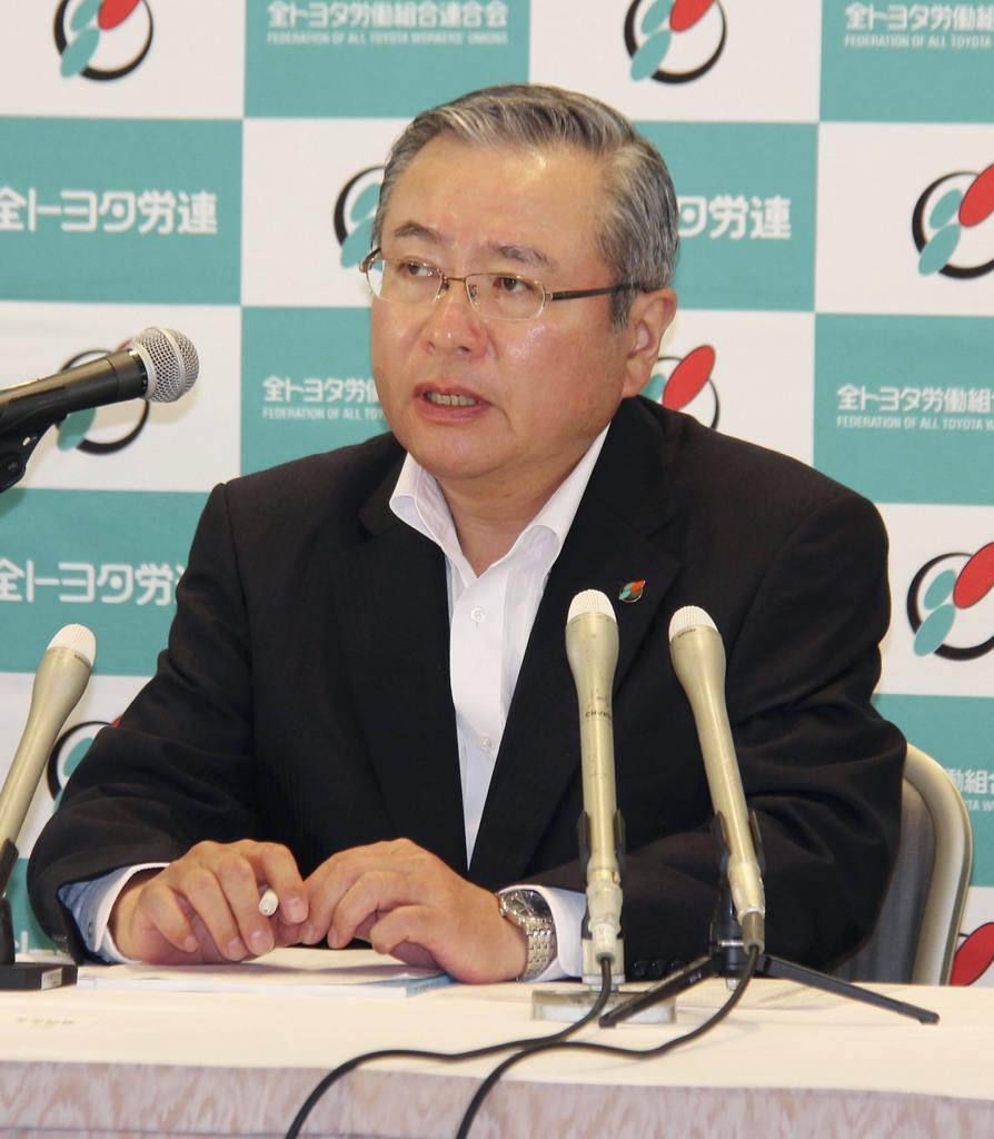 記者会見する全トヨタ労働組合連合会の鶴岡光行会長=13日午前、名古屋市