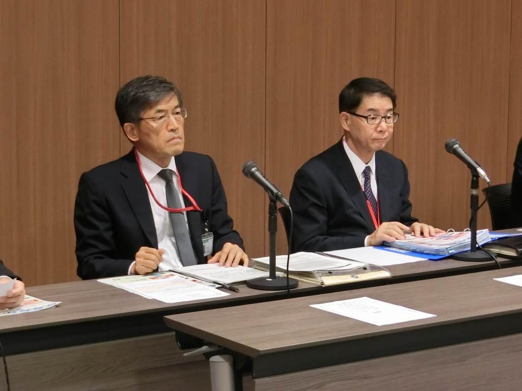 会見するゆうちょ銀行の西森正広常務執行役(左)=13日、東京都千代田区