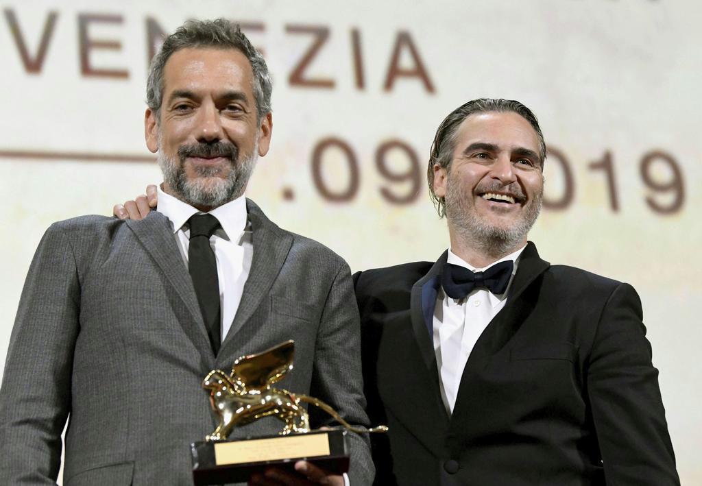 「ジョーカー」のトッド・フィリップス監督(左)と主演のホアキン・フェニックスさん =7日、イタリア・ベネチア(ロイター)