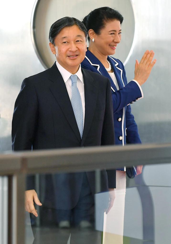 全国豊かな海づくり大会の式典臨席などのため、秋田空港に到着された天皇、皇后両陛下=7日午前、秋田市(三尾郁恵撮影)