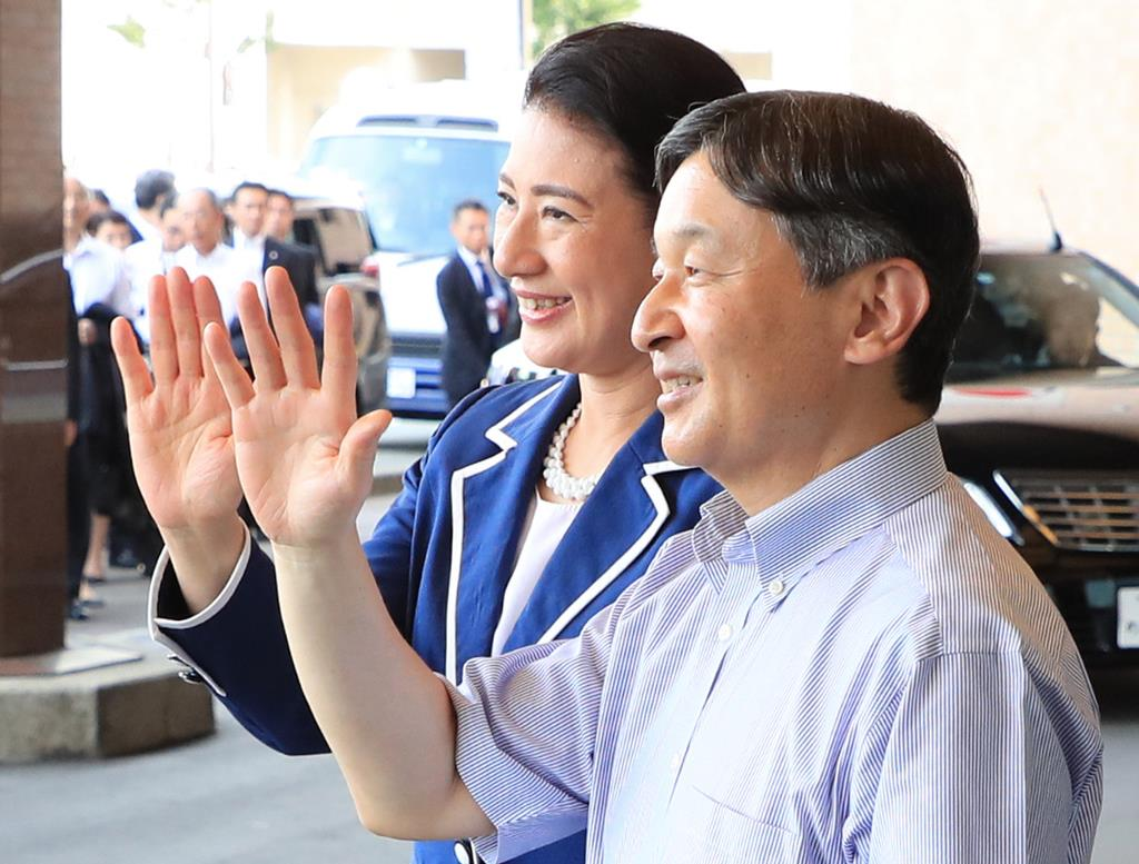 秋田キャッスルホテルに到着し、沿道の人たちに手を振られる天皇、皇后両陛下=7日午後、秋田市(松本健吾撮影)