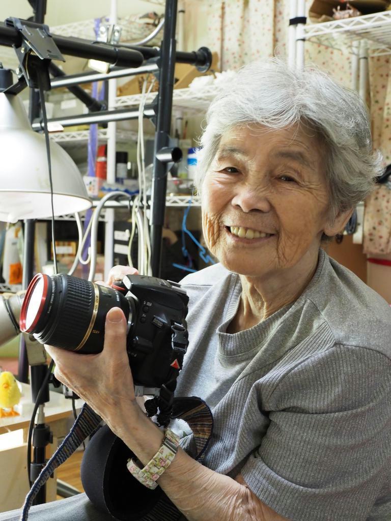 「どうしたら面白い写真が撮れるかを考える毎日が楽しい」と語る西本喜美子さん=熊本市の自宅の撮影スタジオ(頼永博朗撮影)