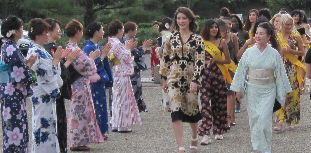 仁徳天皇陵前で和装した堺市民らに迎えられる「ミス・グレイト」の参加者たち=堺市堺区