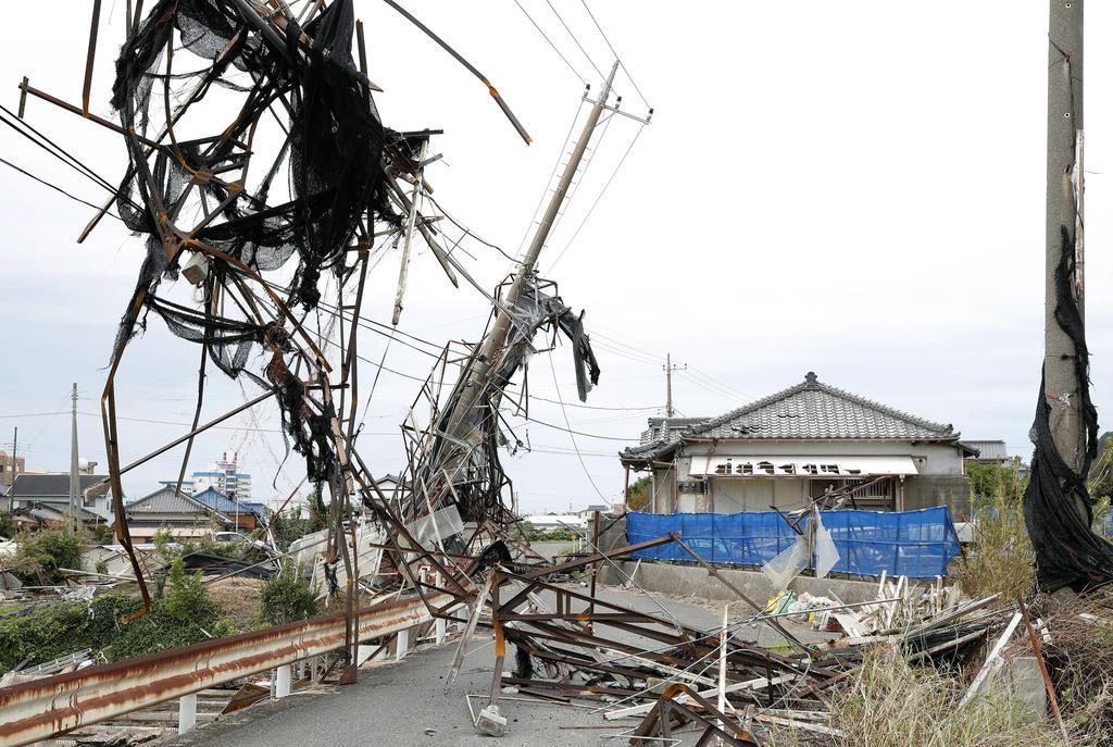 台風15号の影響で傾いた電柱=13日午前、千葉県南房総市