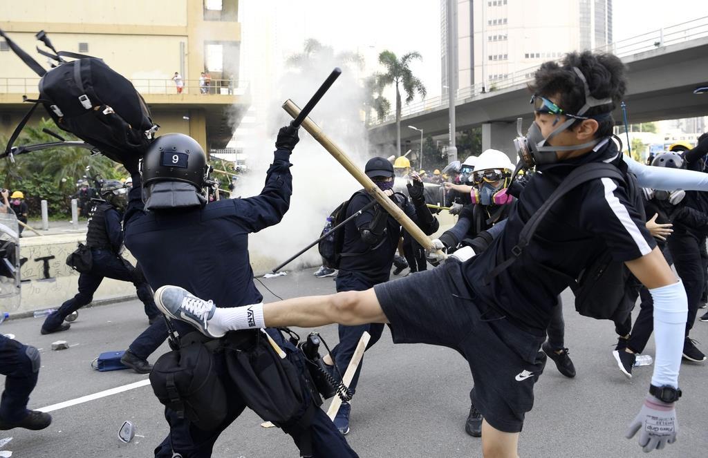 香港の大規模デモで警官隊(左)と衝突する若者ら。デモ沈静化の兆しは見えない…=8月24日、香港・九竜地区(共同)