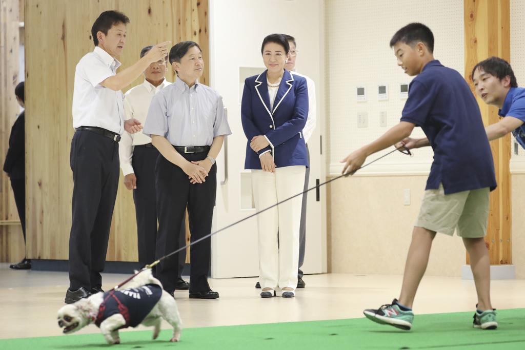 秋田県動物愛護センターの機能訓練室を視察される天皇、皇后両陛下=7日午後、秋田市(代表撮影)