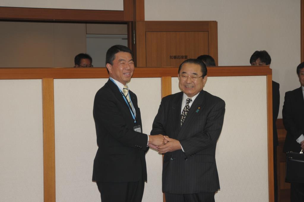 田中復興相、村井知事と会談 「復旧に力を尽くす」