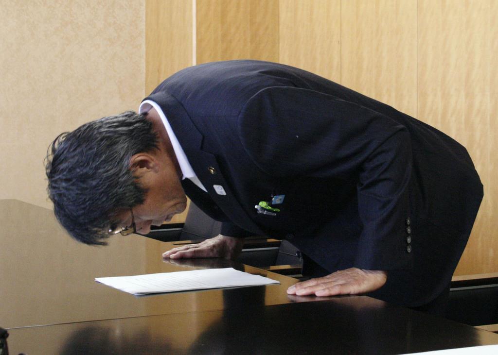 記者会見で謝罪する福岡県みやま市の松嶋盛人市長=13日午前、みやま市役所