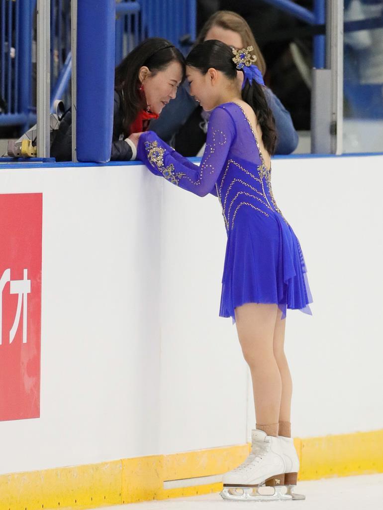 女子SP競技前、浜田美栄コーチとおでこを付き合わす紀平梨花=カナダ・オークビル(桐原正道撮影)