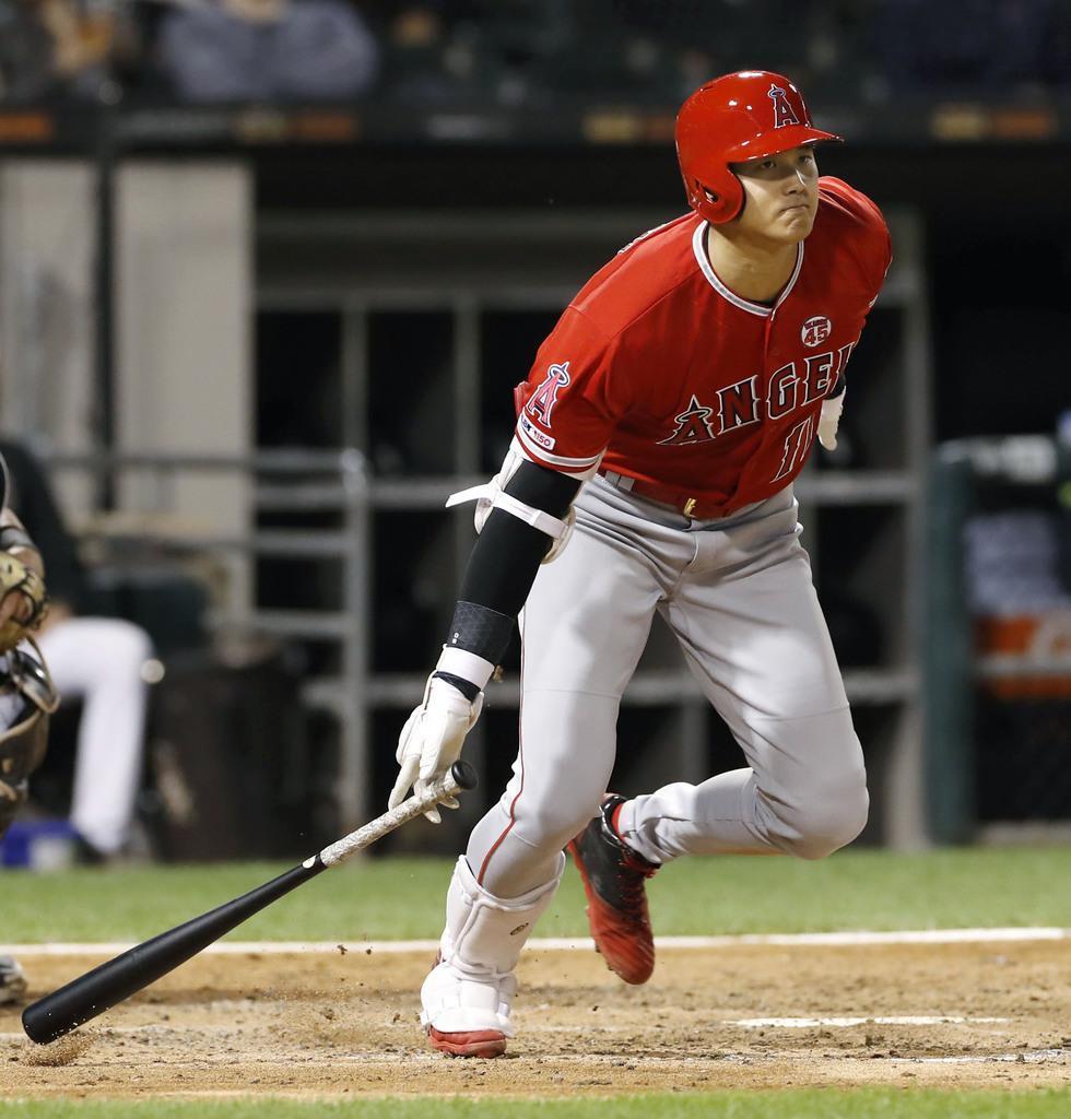 7日、ホワイトソックス戦の7回、右翼線に三塁打を放つエンゼルス・大谷=シカゴ(共同)